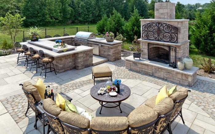 outdoor küche mit stilvollemessbereich und kamin