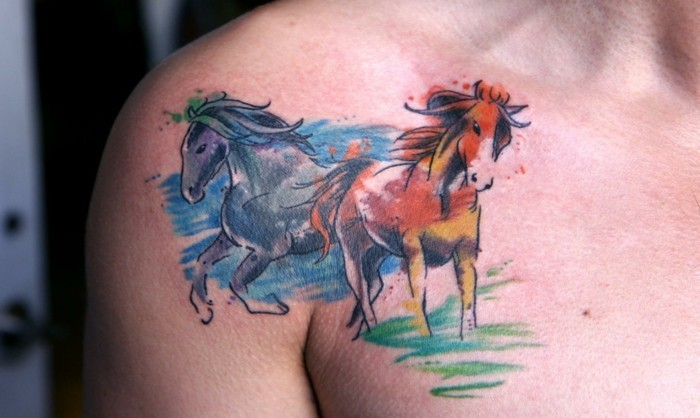 pferde tattoo schulter brust aquarell tätowierung
