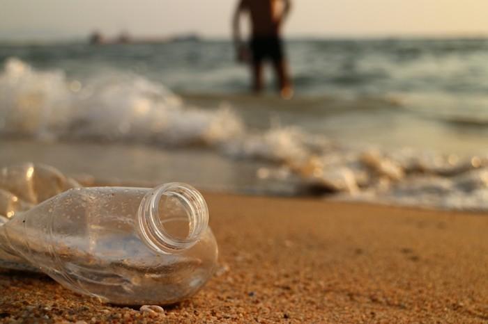 leere plastikflasche am strand