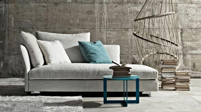 schlafcouch in beruhigender farbe mit blauem beistelltisch