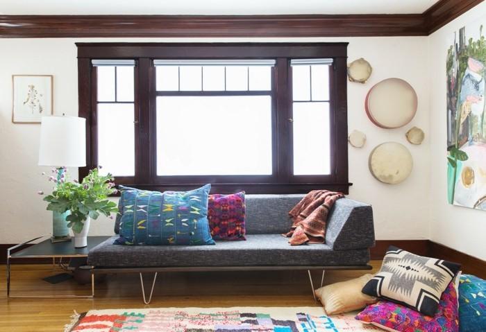 schlafcouch komfortables bettsofa mit farbigen dekokissen