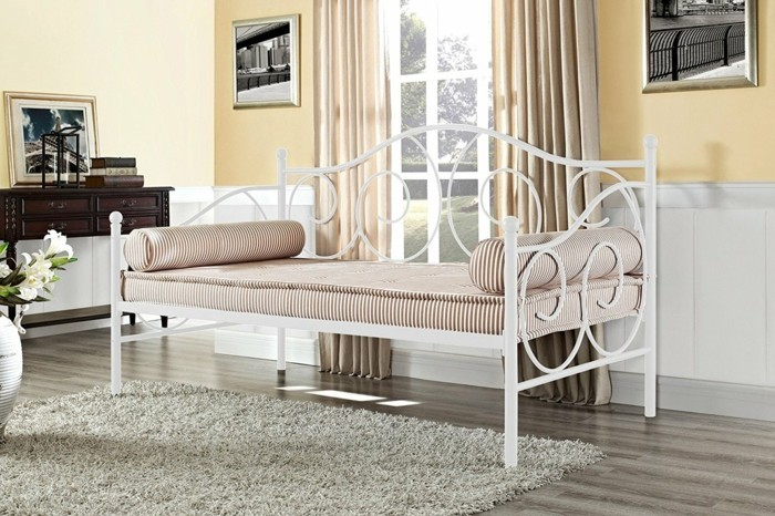 schlafcouch selber machen in weiß mit streifenmatratze