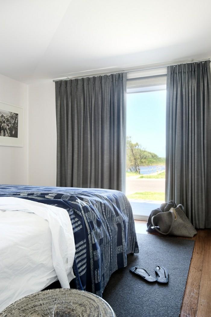 schlafzimmer einrichten graue gardinen und dunkelgrauer teppich