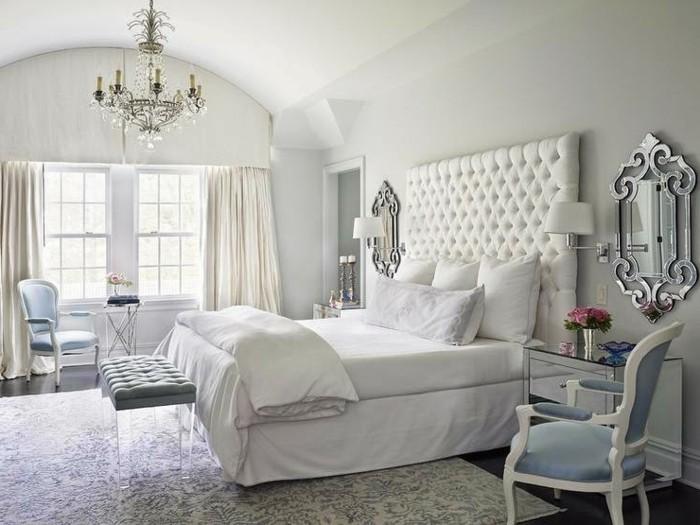 schlafzimmer einrichten helle gardinen und eleganter floraler teppich mit einem kronleuchter kombinieren