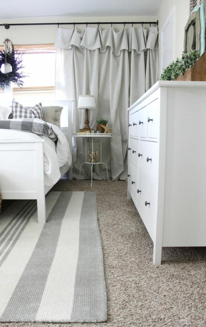 schlafzimmer einrichten hellgraue gardinen und streifenteppich