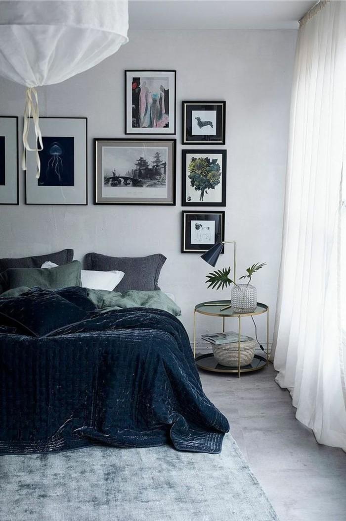 schlafzimmer einrichten mit weißen gardinen und dunkelblauer bettwäsche