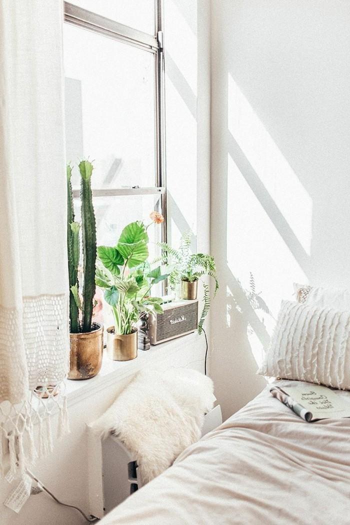 schlafzimmer einrichten weiße gardinen und pflanzen für die dekoration der fensterbank