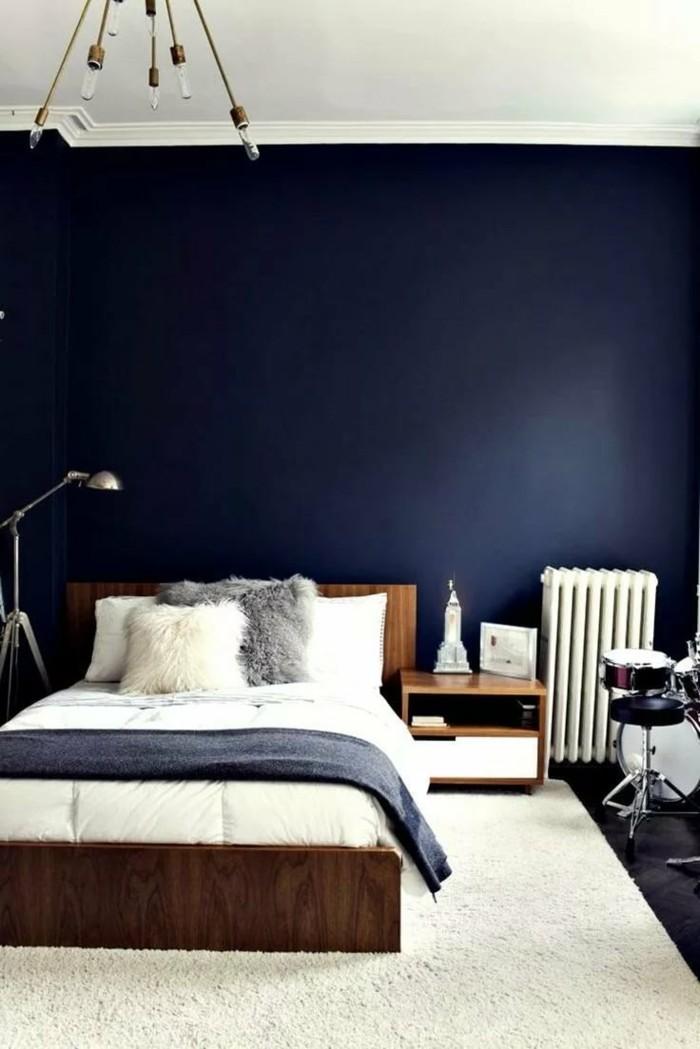 schlafzimmergestaltung blaue wandfarbe und graue bettdecke mit weißem teppich kombiniert