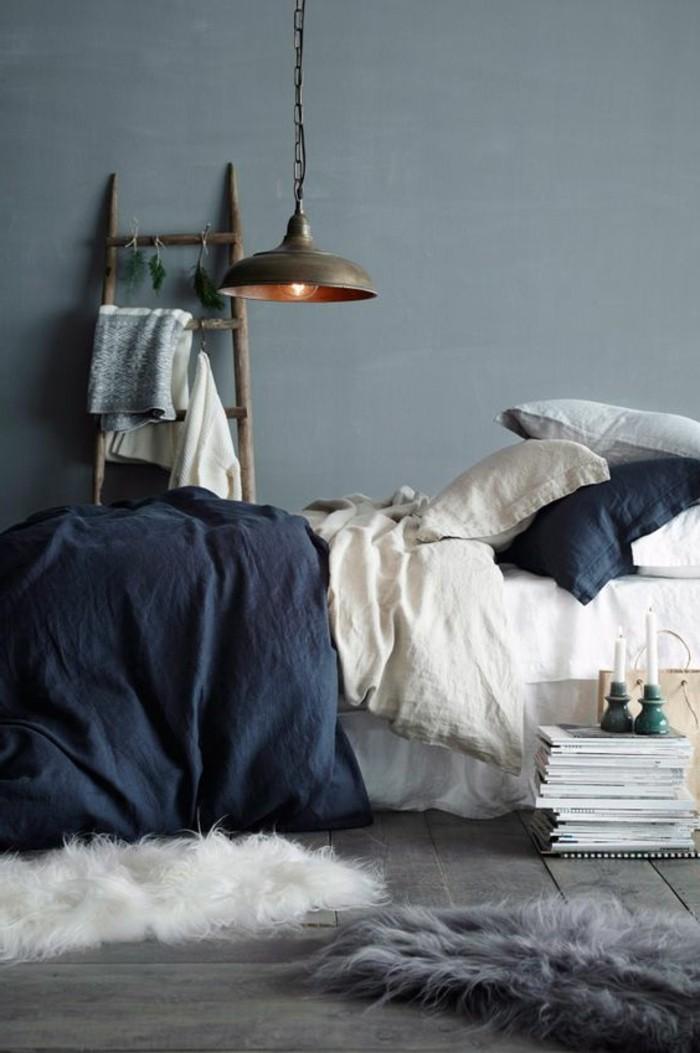 schlafzimmergestaltung graue wandfarbe blaue bettwäsche und weiße akzente
