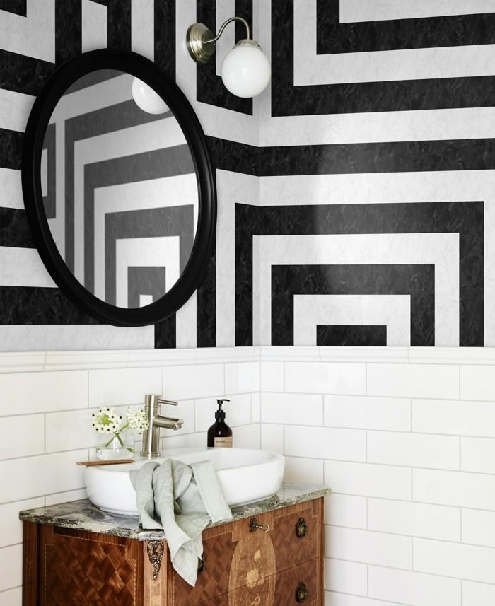 streifenmuster als wandtapette im badezimmer