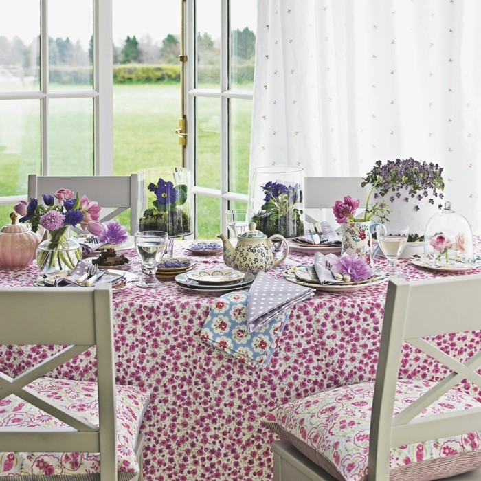 tischdecke in rosa und dekokissen