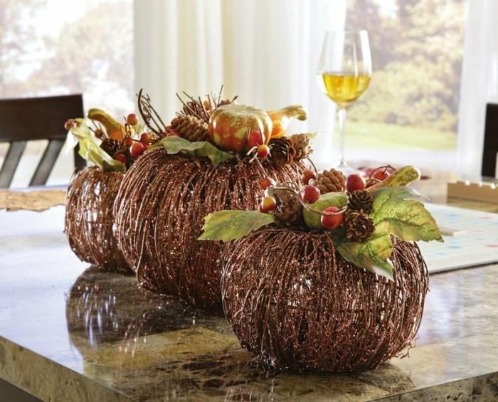 tischdeko herbst schlichte deko mit früchten und laub