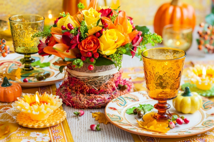 tischdeko mit herbstblumen und viel farbe