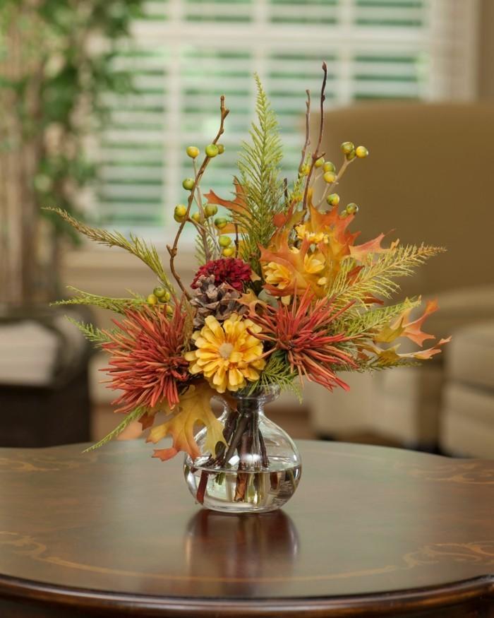 tischdeko schlichte dekoideen mit gläsernen vasen und herbstblumen
