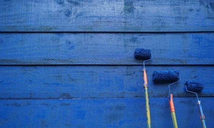 trendige blautöne wandgestaltung mit farbe