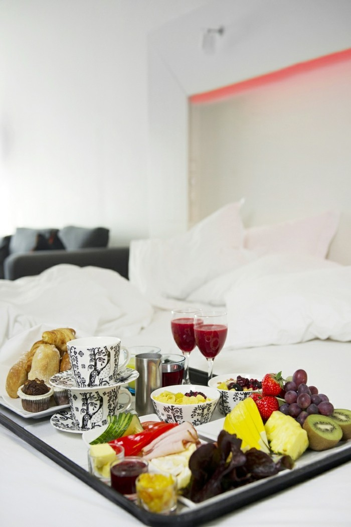 trends frühstück im bett auf dem urlaub genießen