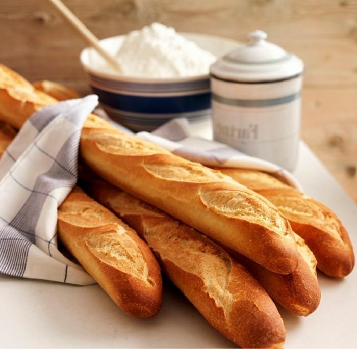 trends was zu essen auf urlaub baguette in paris genießen