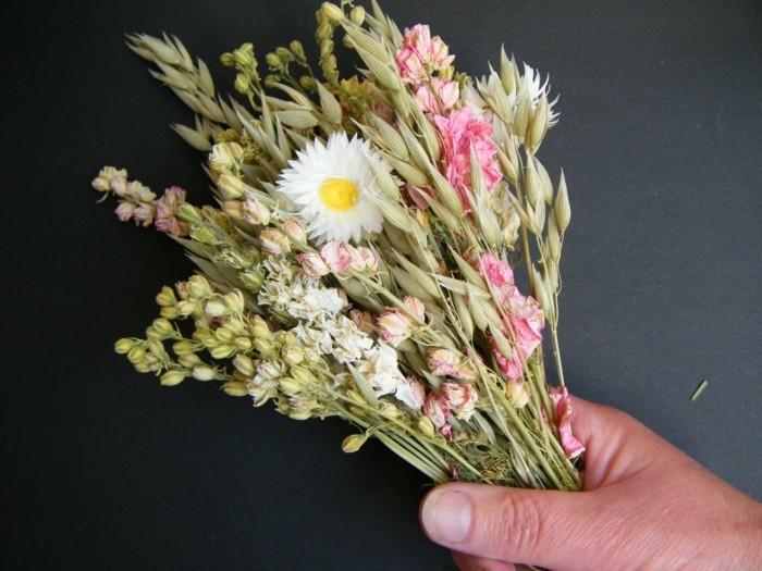 trockenblumen in einen strauß binden