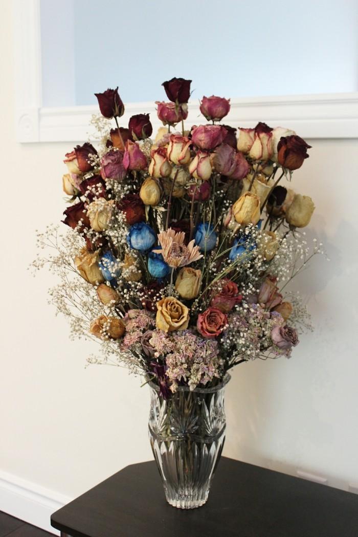 trockenblumen in vase verschönern das zuhause