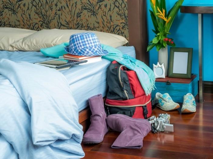unordentliches schlafzimmer schuhe schal bücher