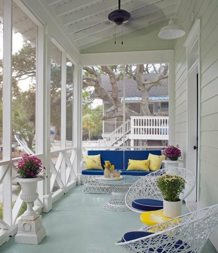 veranda gestalten in frischen farben gelb und blau kombinieren