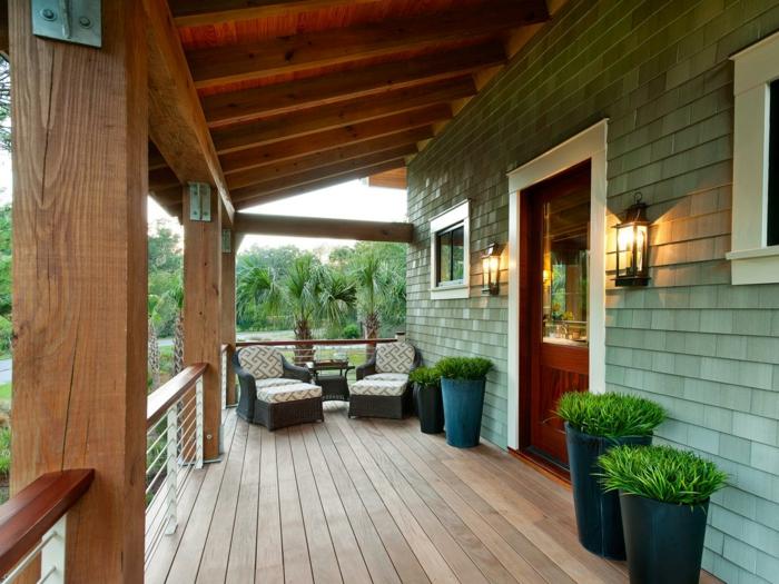 veranda gestalten mit stilvollen möbel und großen pflanzenbehältern