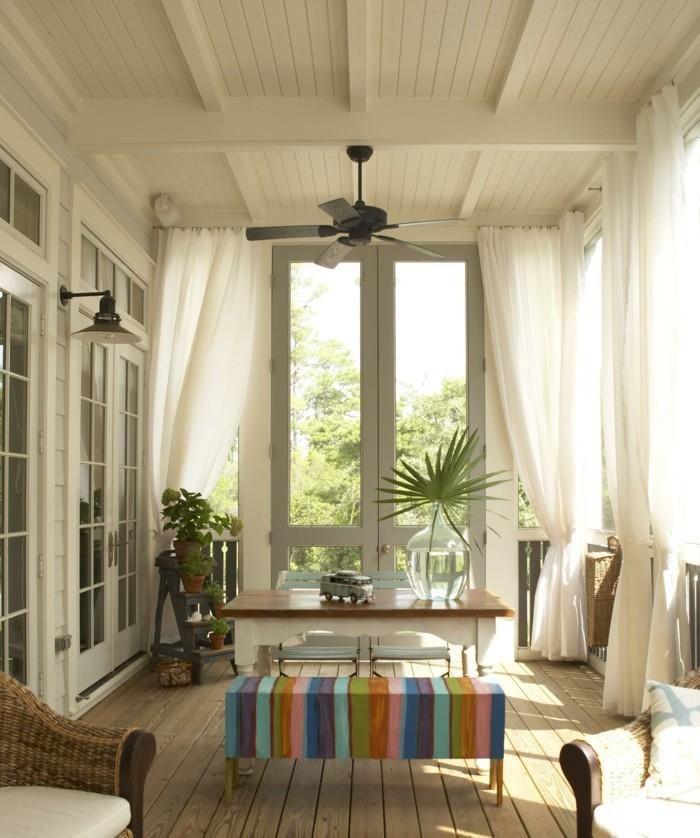 veranda mit sitzbereich und luftigen gardinen