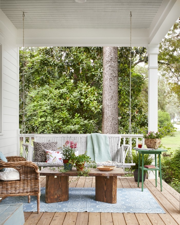 veranda rustikaler tisch mit rattanmöbel