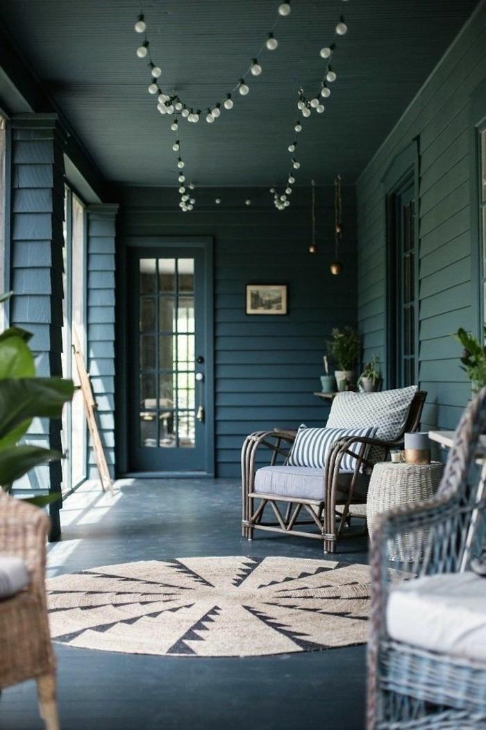 veranda schöne rattanmöbel und runder teppich