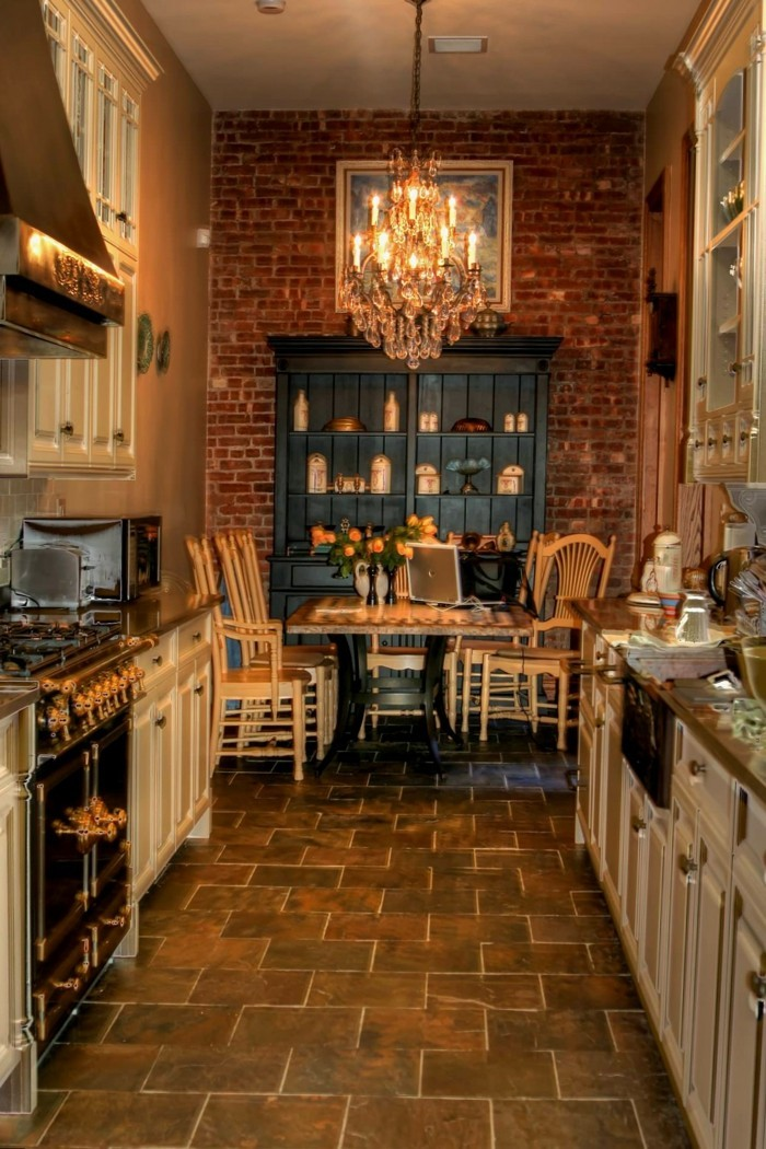 wohnideen küche akzentwand aus backstein und schöne bodenfliesen