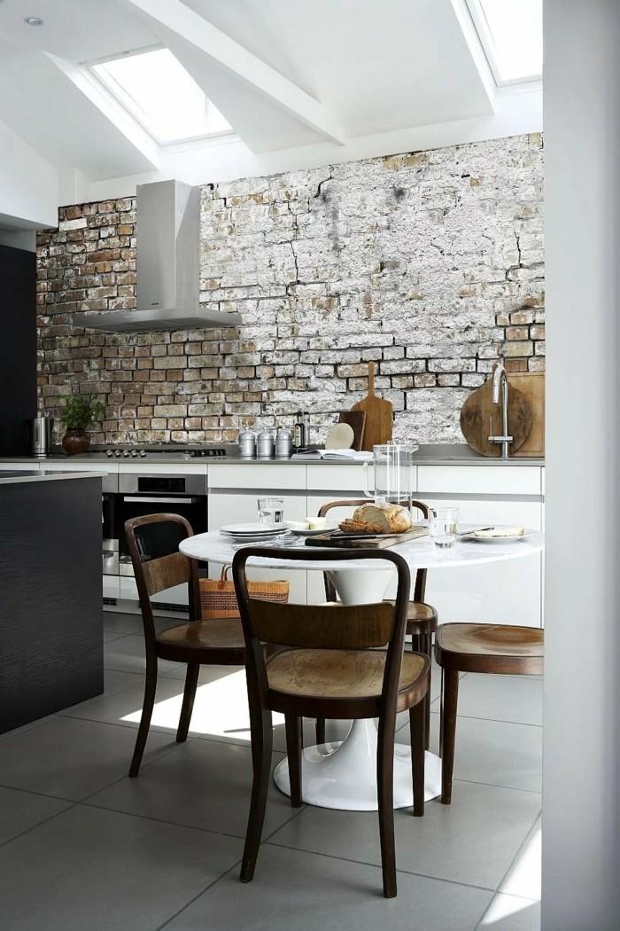 wohnideen küche backsteinwand optik und große bodenfliesen
