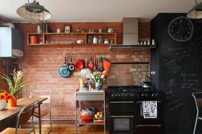wohnideen küche backsteinwand und schwarze tafelwand