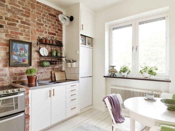 wohnideen küche backsteinwand und weiße küchenschränke mit hellem bodenbelag