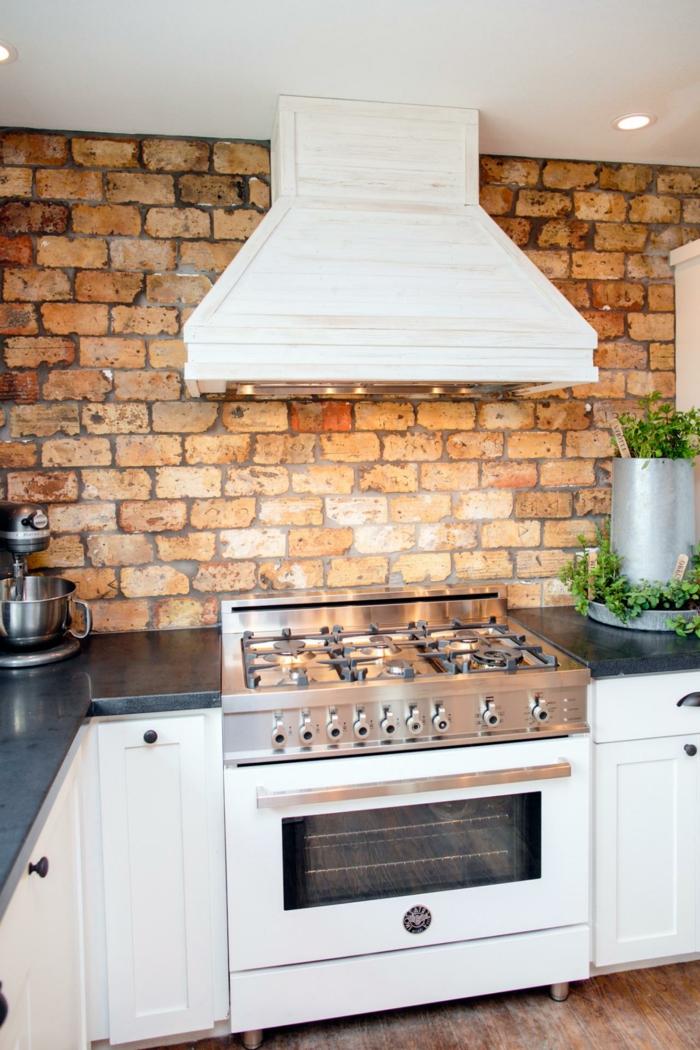 wohnideen küche backsteinwand und weiße küchenschränke