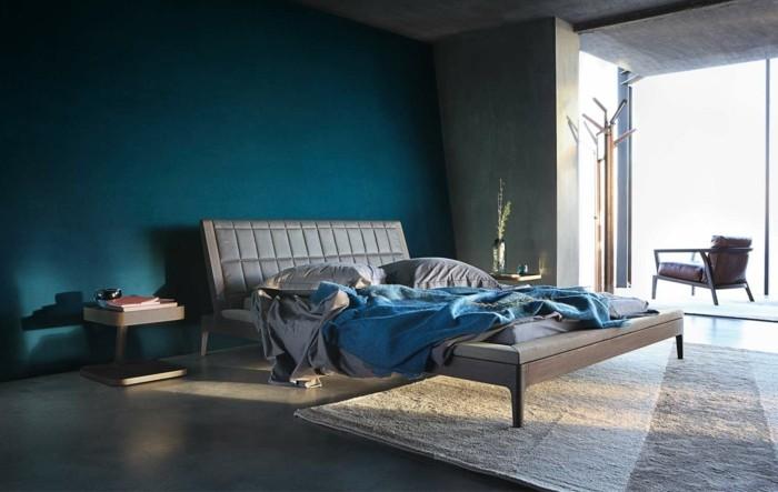wohnideen schlafzimmer grauer boden blaue akzentwand und schöne blaue bettdecke