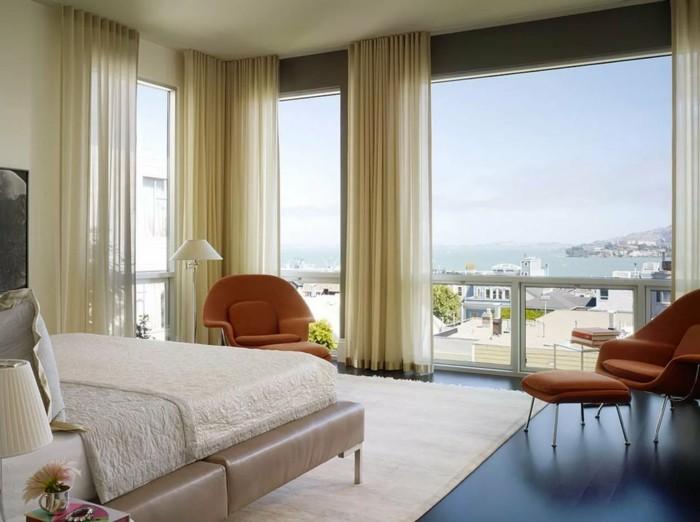 wohnideen schlafzimmer luftige gardinen die durch die orangen sessel schön zur geltung kommen