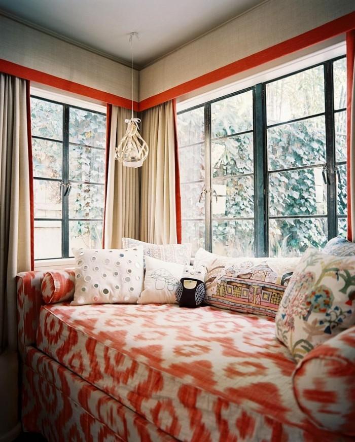 wohnideen wohnzimmer oranges muster und viele dekokissen