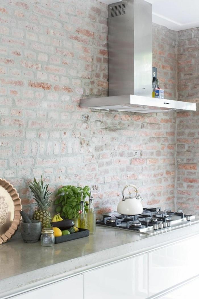ziegelwand in der küche in hellen farbnuancen