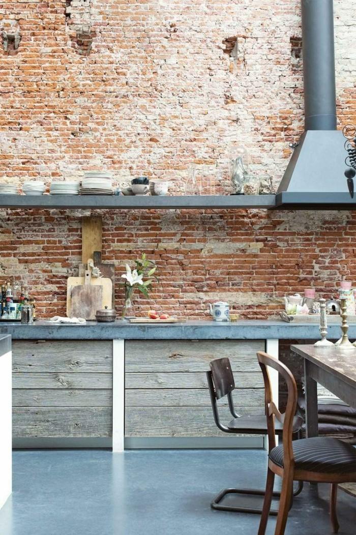 ziegelwand in der küche kombiniert mit hölzernen küchenschränken
