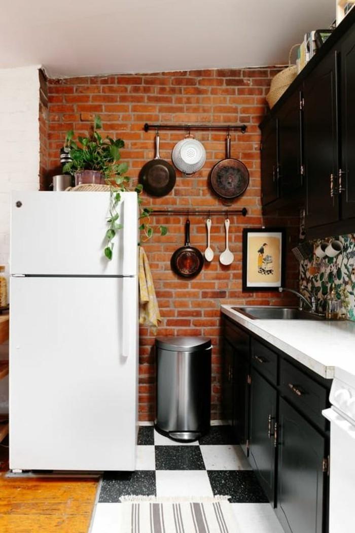 ziegelwand in der küche mit boden in schwarz weiß kombinieren
