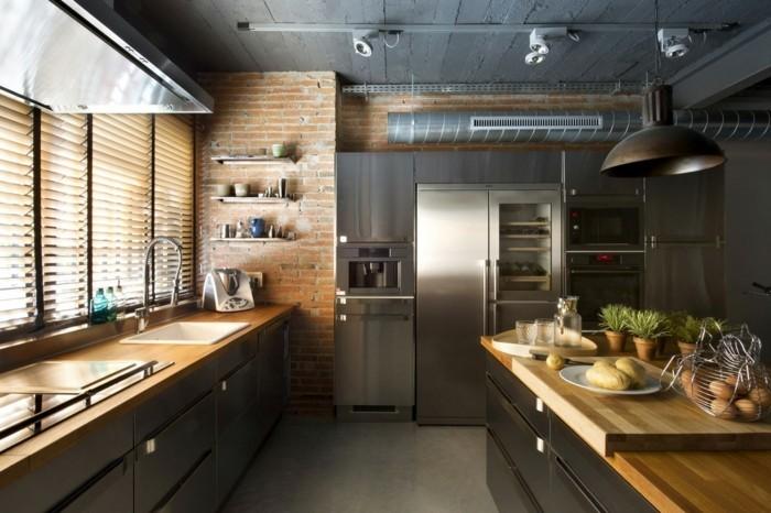 ziegelwand in der küche und arbeitsfläche mit holzoptik