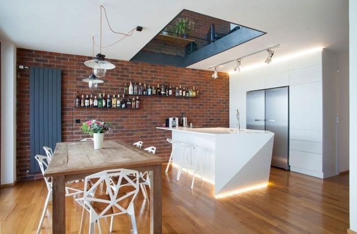 ziegelwand in der modernen küche und beleuchtete kücheninsel