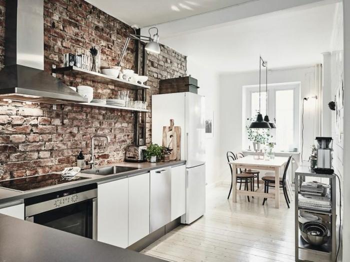 ziegelwand in der modernen küche und weiße küchenschränke