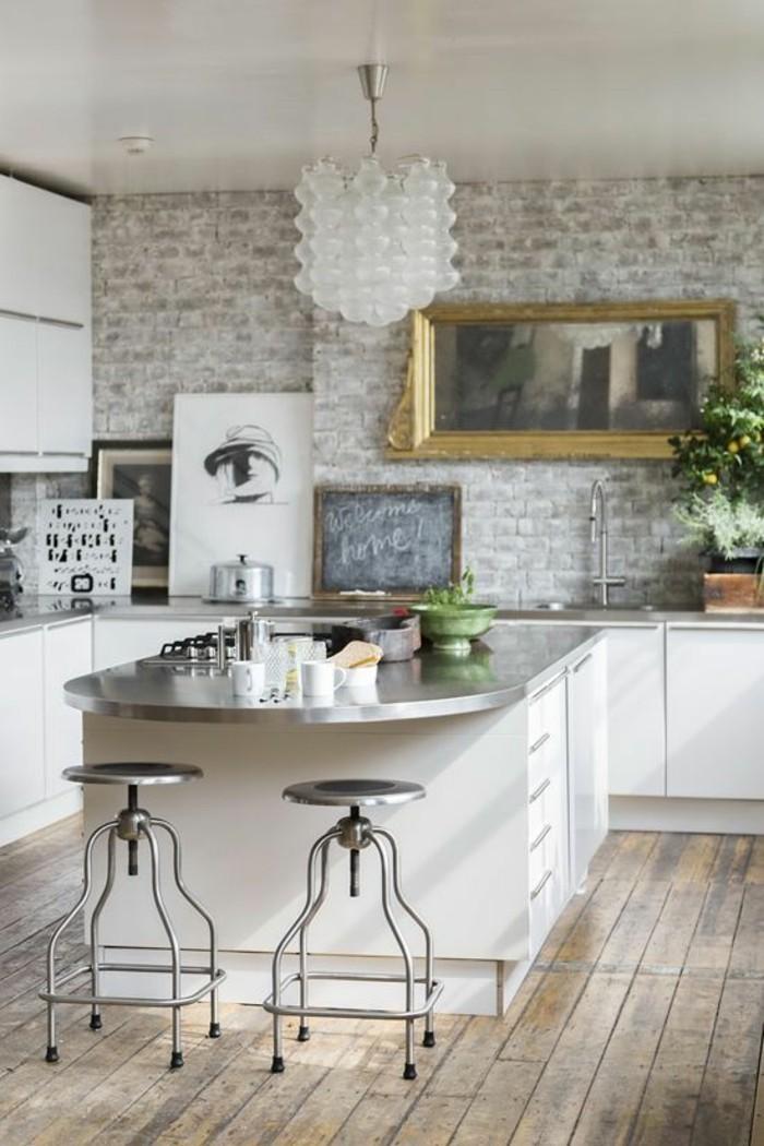 ziegelwand in hellen schattierungen und weiße küchenmöbel