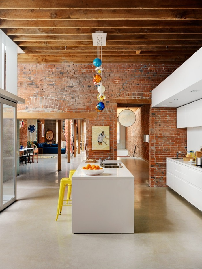 ziegelwand moderne wandgestaltung in der küche und attraktive beleuchtung