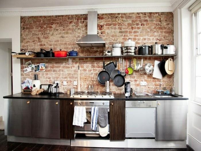 ziegelwand und offene wandregale in der modernen küche