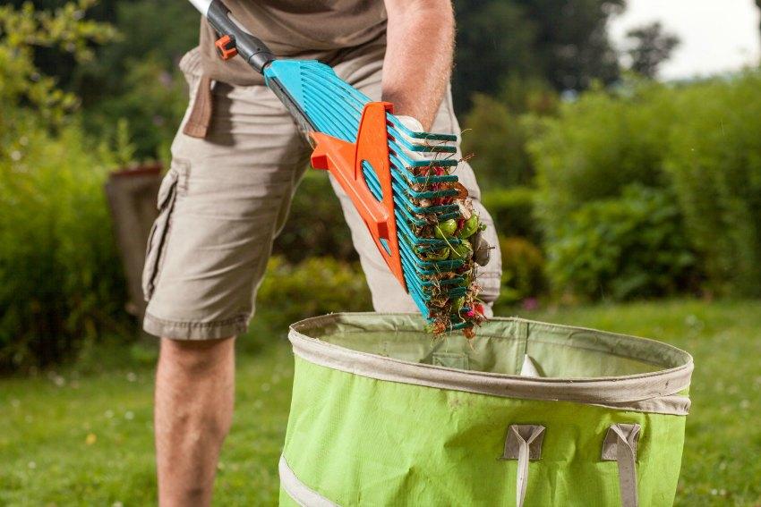 Gartenarbeit im Herbst den Garten saubermachen