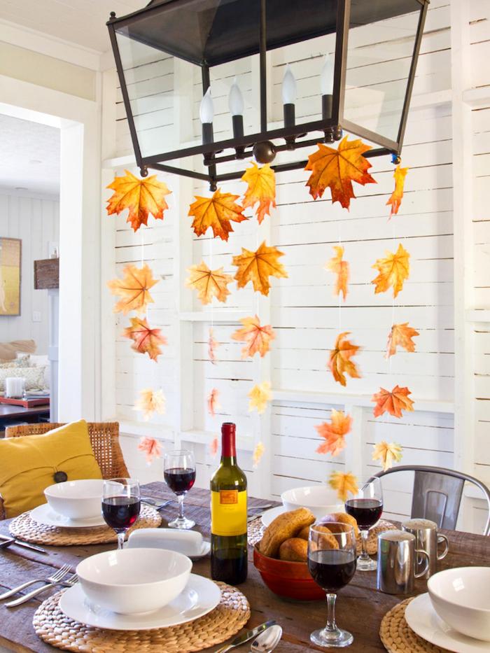 Herbstdeko Esszimmer stilvoll mit Herbstblättern