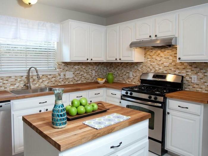 arbeitsplatte küche holzoptik und küchenrückwand mit mosaik