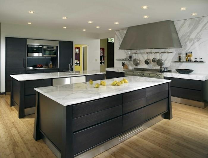 arbeitsplatte küche in hellen farben und schwarze küchenmöbel